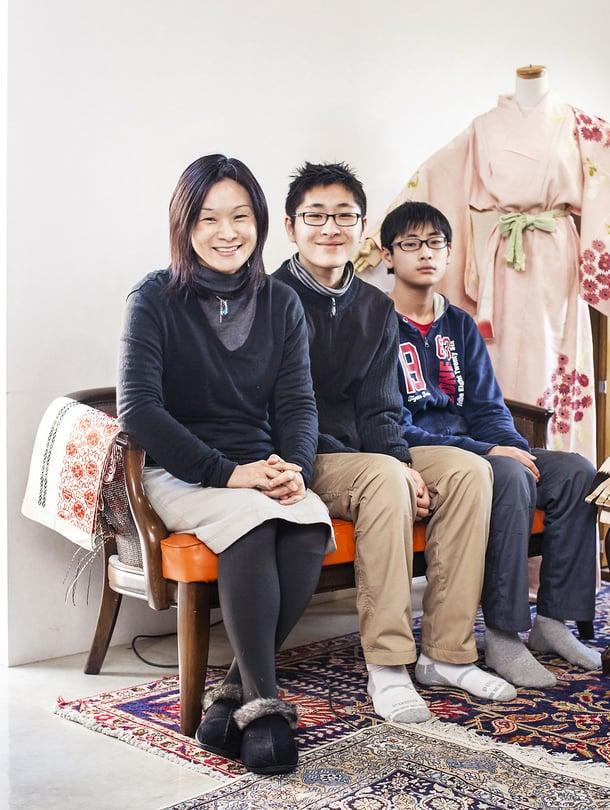 """""""Suurimmalla  osalla sukuni naisista on yliopistotutkinto. Se ei kuitenkaan tarkoita sitä, että he olisivat työelämässä"""",  Ai sanoo. Vieressä  pojat Sho ja Jun."""
