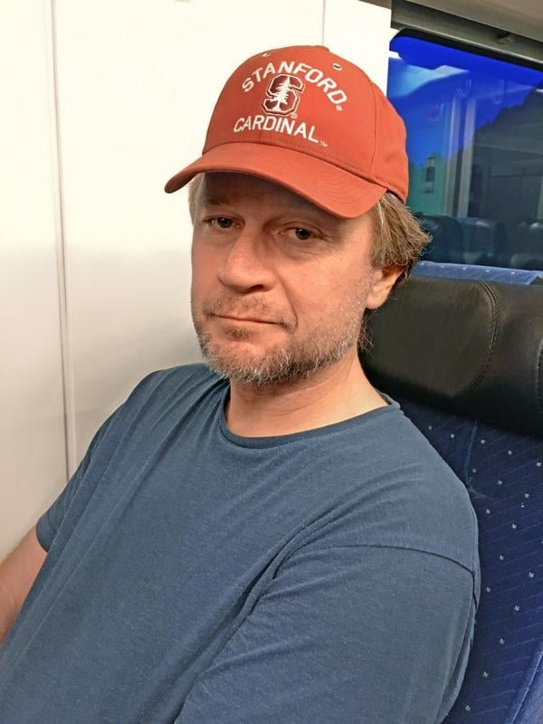 """""""Olen onnellinen juuri nyt. Jos en olisi onnellinen tässä hetkessä, milloin sitten? Aiempi nimeni oli Nieminen, ja olen kahden riitaisan suvun nuorin lapsi Forssasta. Siellä asuva ystäväni kutsuu seutua lukkoperäksi, koska siellä jumitetaan tunteiden kanssa. Olikin onnellista vaihtaa nimensä Lyckobergiksi, joka kuulostaa lukkoperältä mutta tarkoittaa onnenvuorta."""" Finn Lyckoberg, 49, elokuvaohjaaja, Saltvik"""