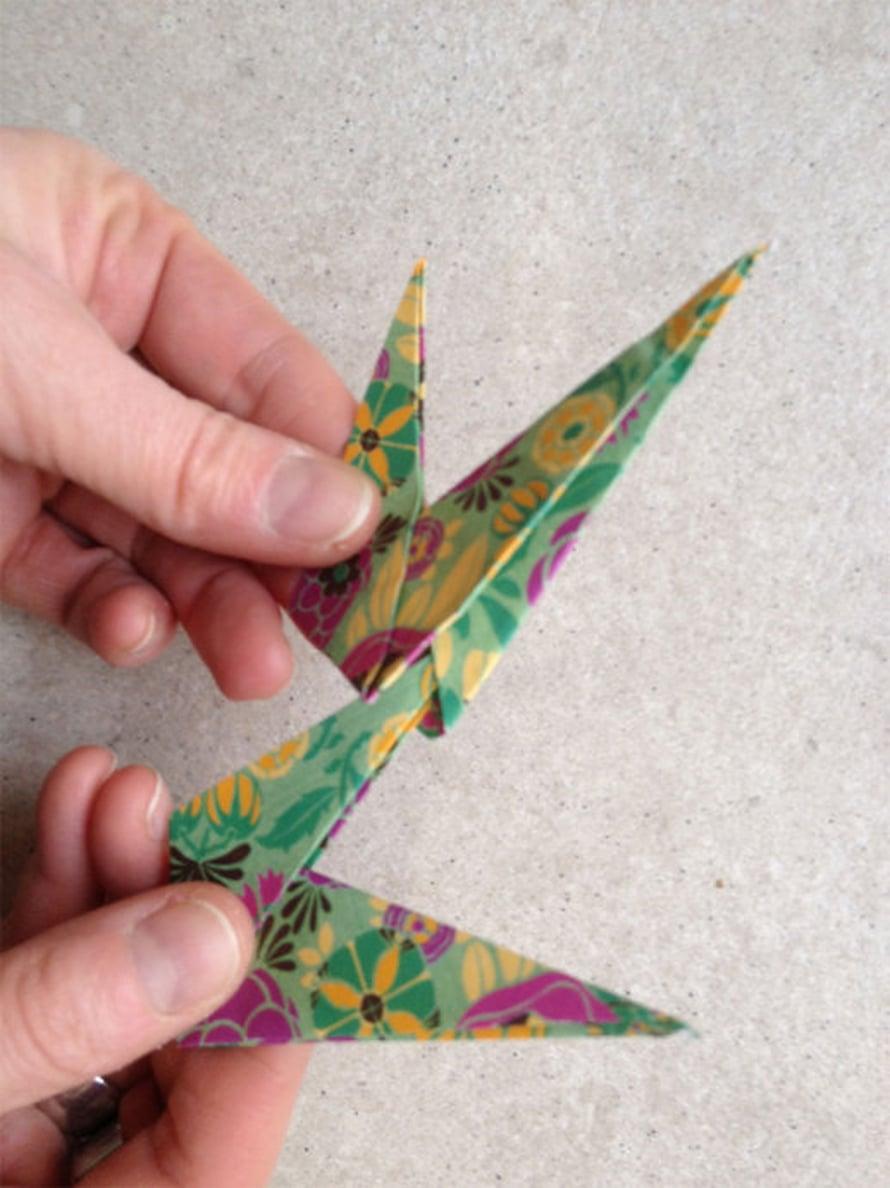 """Kahdeksan taitosta liitetään toisiinsa tähden sakaroiksi siten, että pienempi sakara menee isomman sakaran sisätaitoksen """"taskun"""" sisään."""