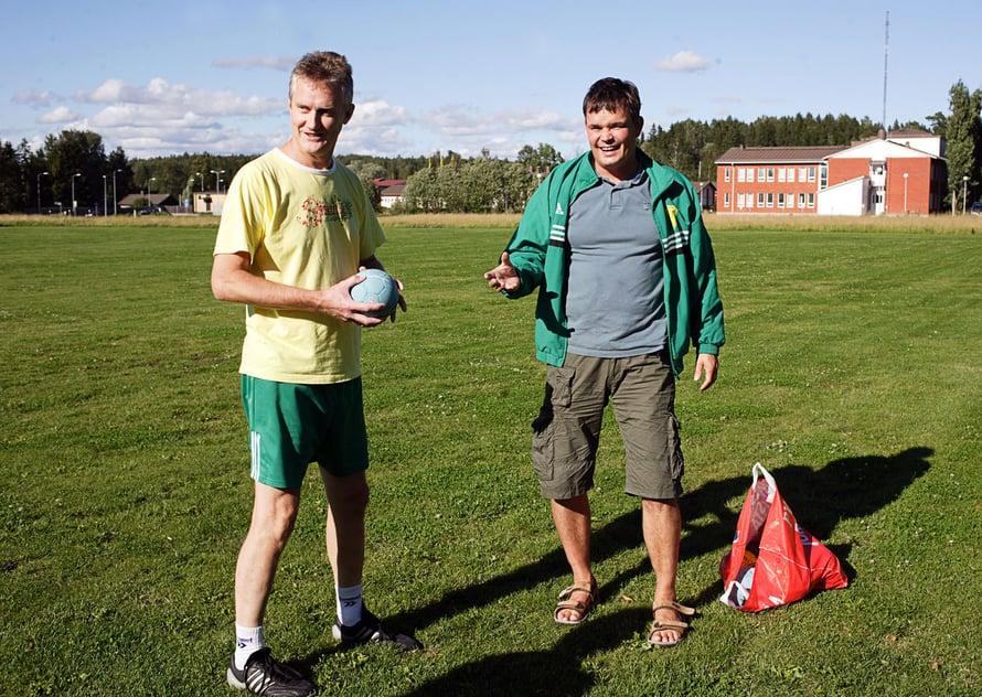 Käsipallo on perheen rakas harrastus. Olen palannut valmentamaan Sjundeå IF:n junnuja, tässä Stefan Nymanin kanssa.