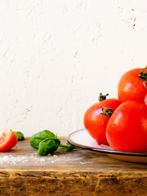Jos onnistut löytämään pehmeitä täydellisen punaisia tomaatteja, keitä keitto niistä. Saat vieläkin parempaa.