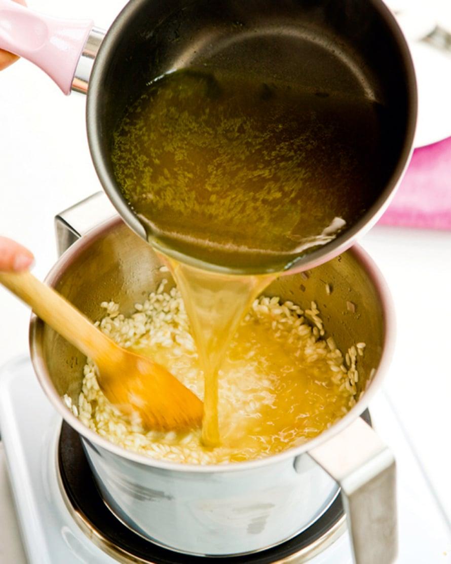Lisää joukkoon viini ja anna kiehua. Näin saat alkoholin haihtumaan ennen liemen lisäämistä, eikä viinin maku muodostu liian hallitsevaksi.