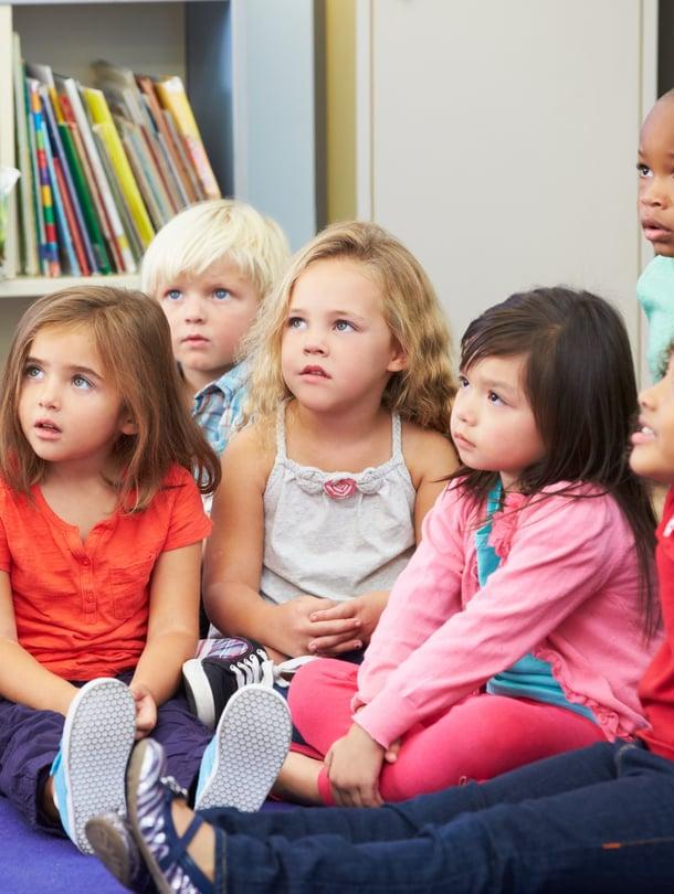 """""""Aika usein lapset toteavat, että ihanaa, kun joku lukee"""", sanoo lasten satutunteja järjestävä erikoiskirjastovirkailija Katri Sajalahti."""