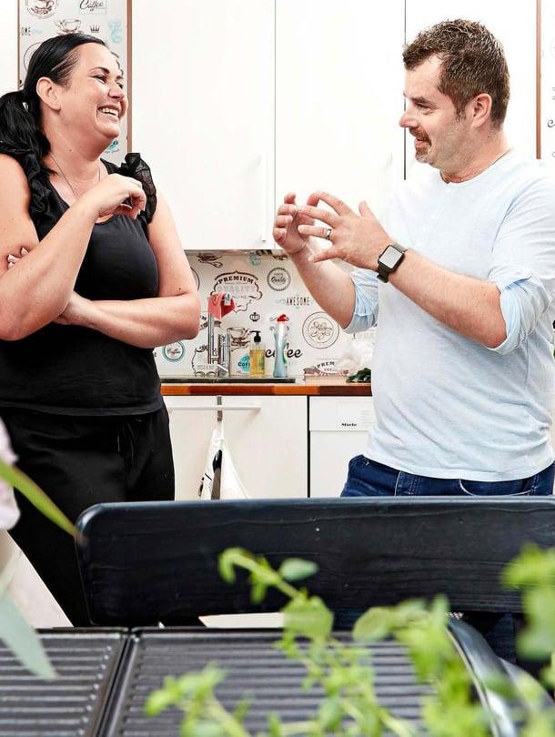 Kuka kaipaa kaakeleita? Annukka ja Micke remontoivat keittiön yhdessä ja päätyivät tapetoimaan seinät.