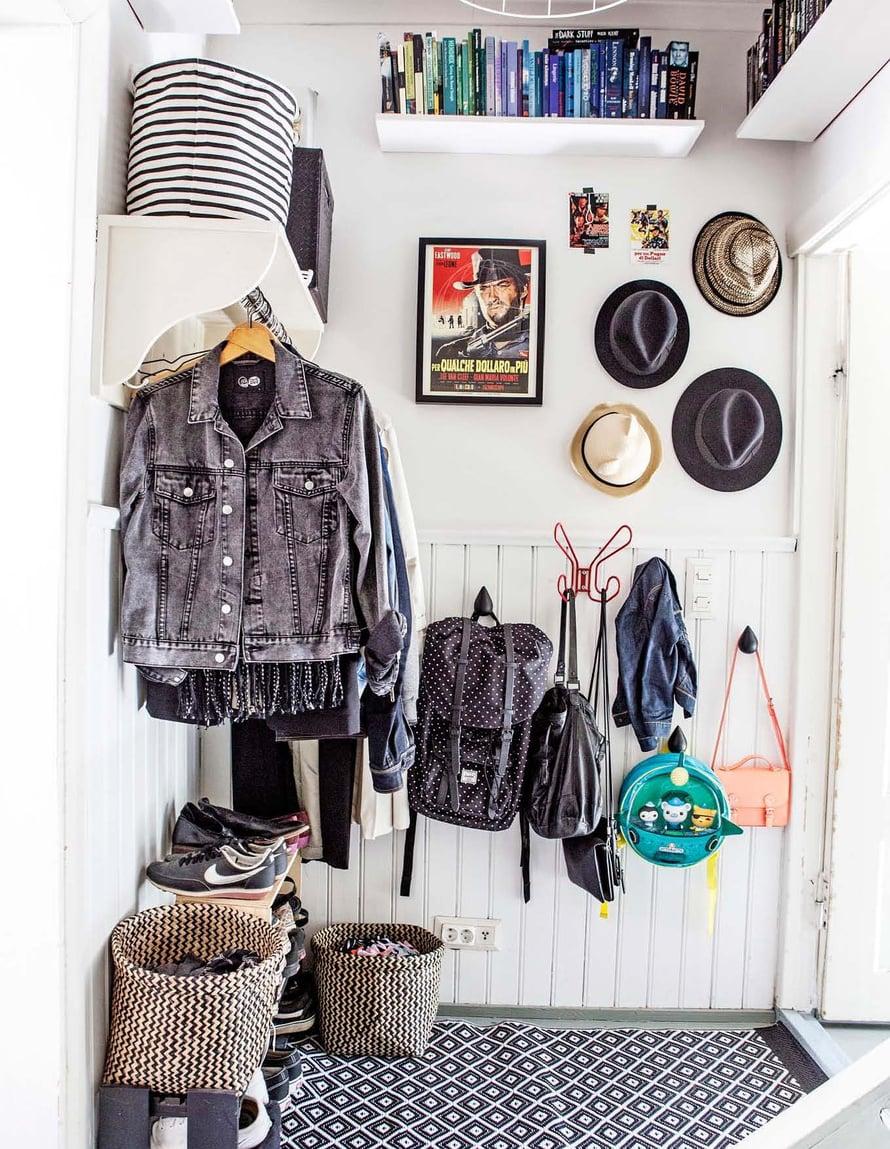 Pienessä eteisessä jokainen neliö on hyödynnetty. Avonaulakko vie vähiten tilaa ja saa huoneen näyttämään mahdollisimman avaralta. Koreissa ovat huivit sekä hanskat, ja hatuille on naulat seinällä.