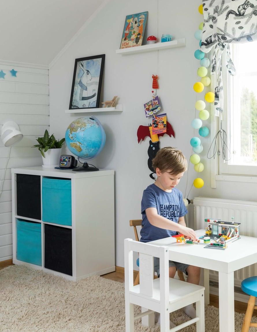 6-vuotiaan Alexin  lempipuuhaa ovat  lego- ja autoleikit.  Muumikirja hyllyllä  on kuulunut hänen  mummilleen.