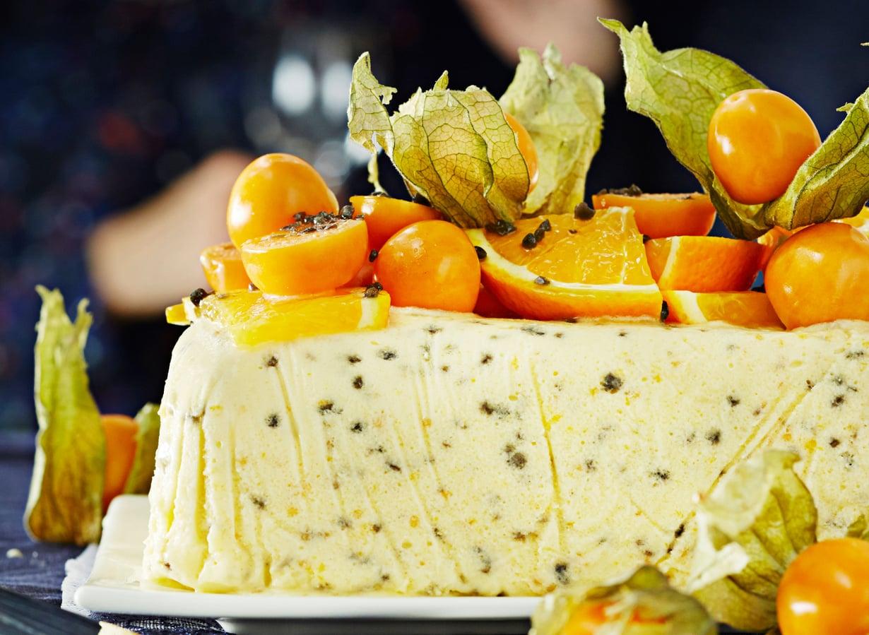 Ananaskirsikoista ja appelsiiniviipaleista saa nopeasti näyttävän koristelun.