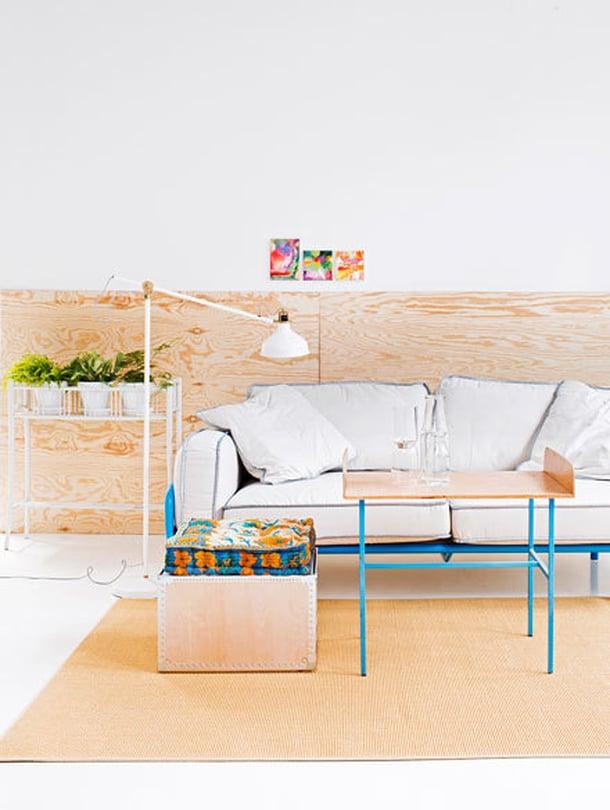 Ennen. Tämän olohuoneen tunnelma on kylmähkö, sillä väriä ja lämpöä tuovia värejä ja tekstiilejä on niukasti. Monesta kodista löytyy beige sohva – ja hyvä niin, sillä se on helppo piristää lisäämällä väriä.
