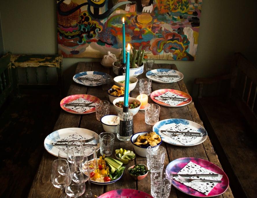 Viikko sitten kutsuimme perhettä kylään ja katoimme pöydän isolle porukalle. Tein valtavan kulhon machomoa ja tarjolla oli tortilloja, luumukastiketta ja kaikki asiaankuuluvat härpäkkeet.
