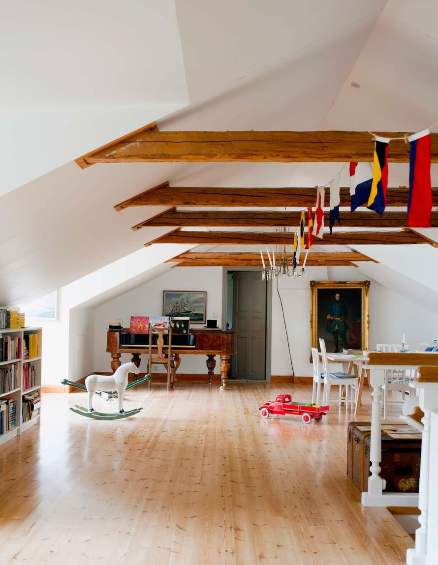 Patrickin isä remontoi 1990-luvulla yläkerran, joka oli siihen saakka kylmä vintti. Perhe kokoontuu mielellään ullakolle suuren työpöytäryhmän ympärille puuhailemaan.