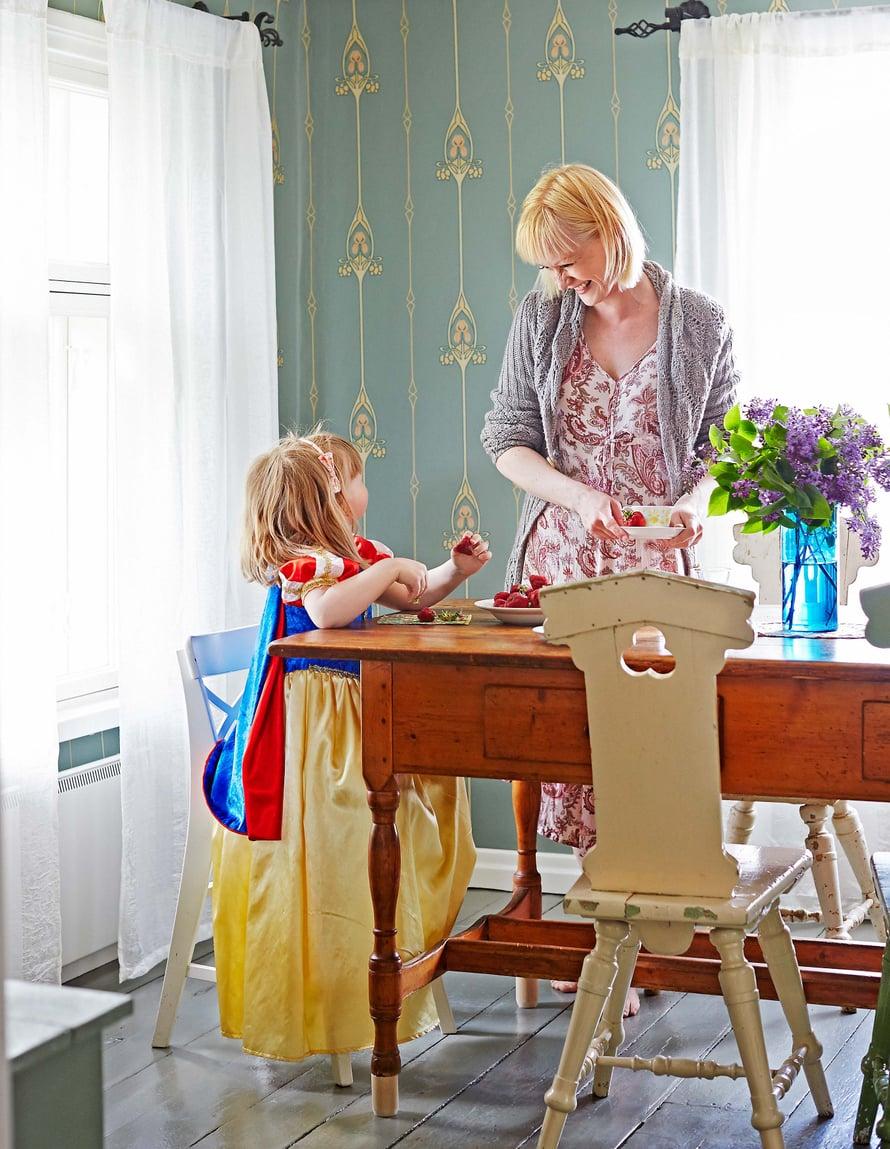 Helenan lapsuudenkodissa oli juuri samanlainen tuoli. Ruokapöytä löytyi kirpputorilta Rovaniemeltä.