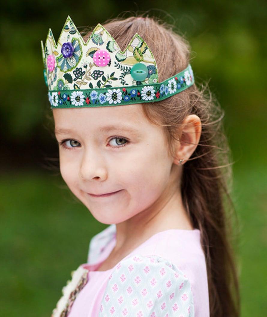 Koristelkaa kruunut napein ja nauhoin, glitterillä ja kimalteella, makunne mukaan.