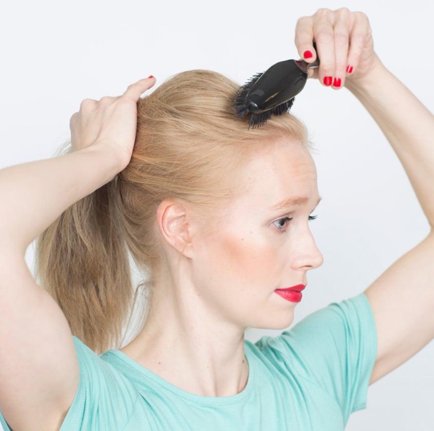 Harjaa hiukset kevyesti ponnarille. Käytä pehmeätä harjaa, jotta saat hiusten pinnan samalla sileäksi.