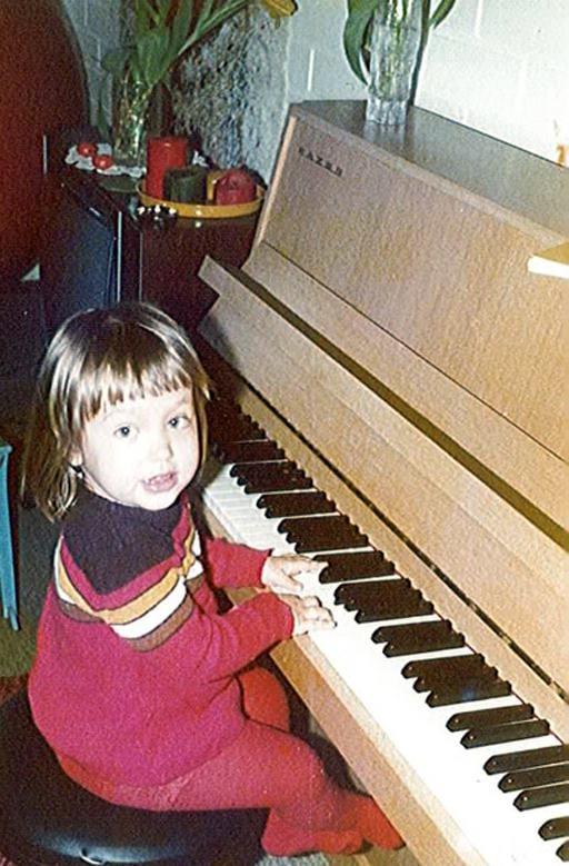 Tässä soitan pianoa 2-vuotiaana.