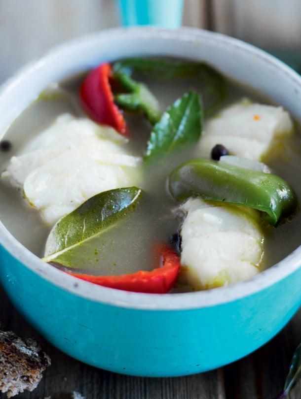 Vaalealihaisen kalan liemeen sopivat valkoviini ja sitruuna sekä ripaus cayennenpippuria.