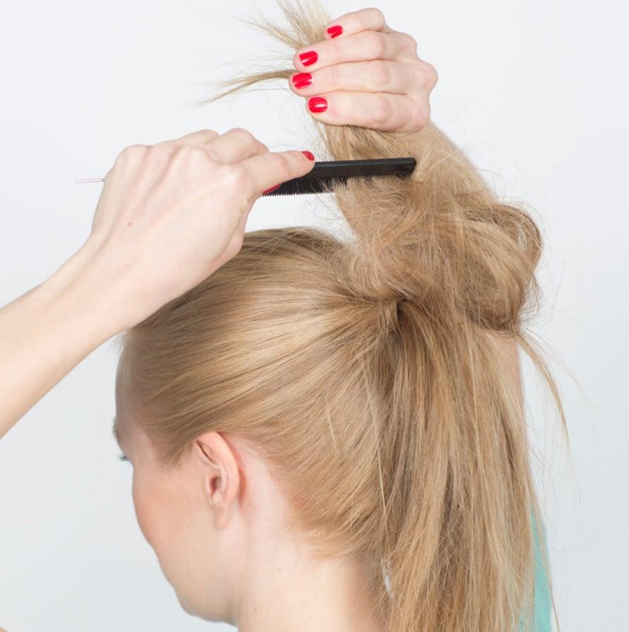 Nuttura syntyy näin: Tupeeraa valmiin ponnarin latvat ja pituus kuohkeaksi palloksi ja suihkauta hieman lakkaa tupeeraukseen. Pehmeästi tupeerattu hius on kuin hiusverkko, jota on helppo muokata.