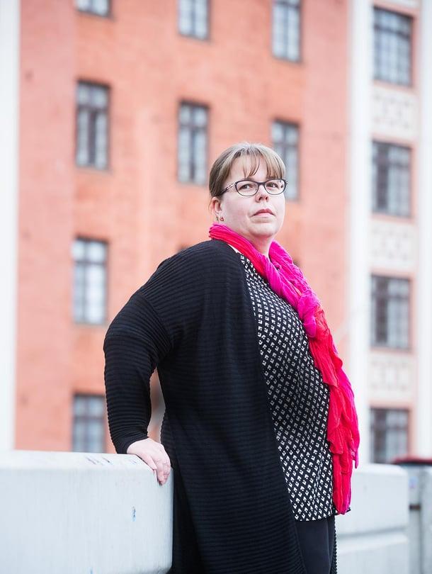 """""""Suurin osa terroriteoista ehkäistään ennalta"""", terrorismintutkija Leena Malkki sanoo. Hän nojaa betoniesteeseen, joita on ollut Helsingin Temppeliaukion kirkon edessä viime kesäkuusta lähtien. Poliisi epäili silloin, että kirkkoon ollaan suunnittelemassa terroristista tekoa."""