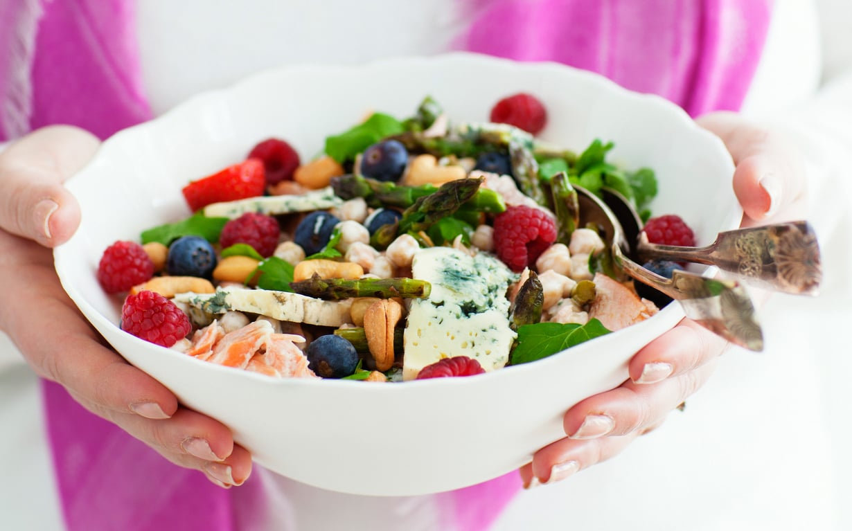 Kikhernesalaatti saa makua majoneesisalaatinkastikkeesta.