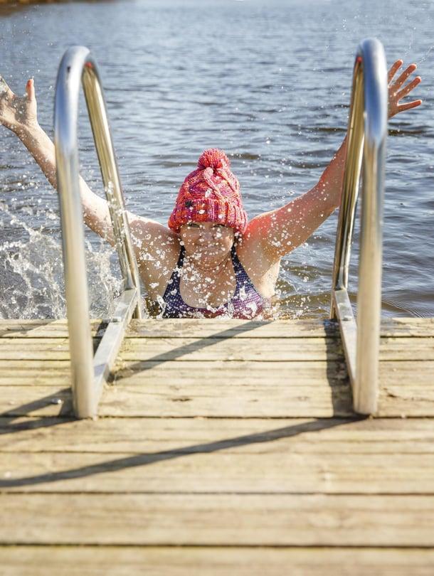 Tea Boman on 55-vuotias rakennusmestari ja asuu Kangasalla. Perheeseen kuuluvat puoliso Hannu ja lapset Ronja, 25, Karri, 22, ja Inari, 16. Tealla on yhden naisen maalaus-, tapetointi- ja siivousyritys. Tea rakastaa uimista sisällä ja ulkona ympäri vuoden. Kävelyillä Tea saattaa etsiä reitin varrelta uuden rannan, käydä uimassa ja jatkaa kävelyä.