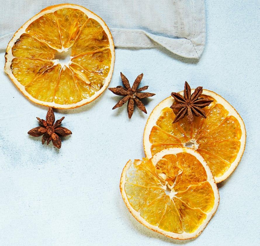 Kuivatut appelsiinirenkaat ovat juhlakattauksen viimeinen silaus.