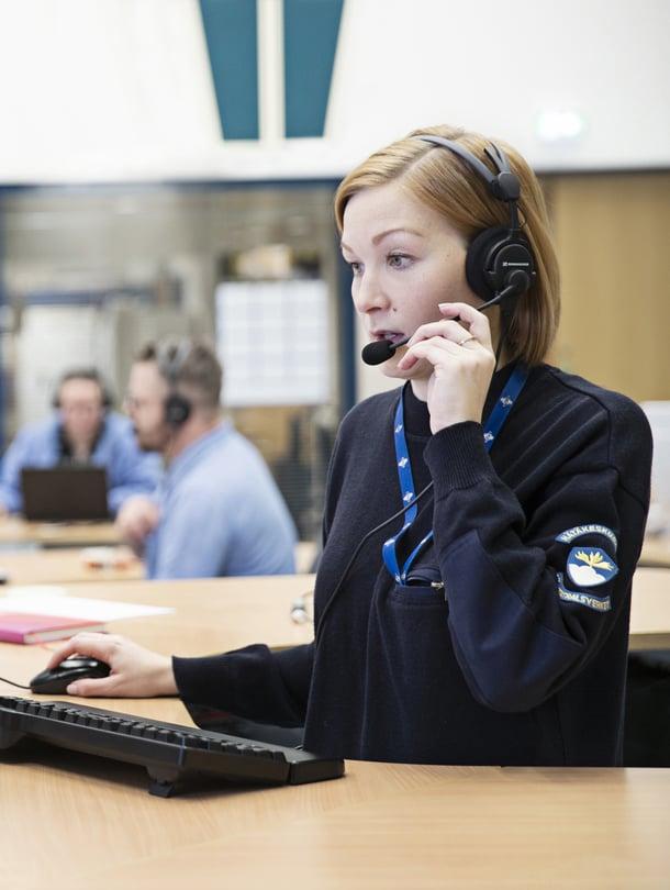 Iida Rintala, 31, työskentelee hätäkeskuspäivystäjänä Keravan hätäkeskuksessa. Suomen kuudessa hätäkeskuksessa vastataan kaikkialta Suomesta tuleviin hätäpuheluihin.
