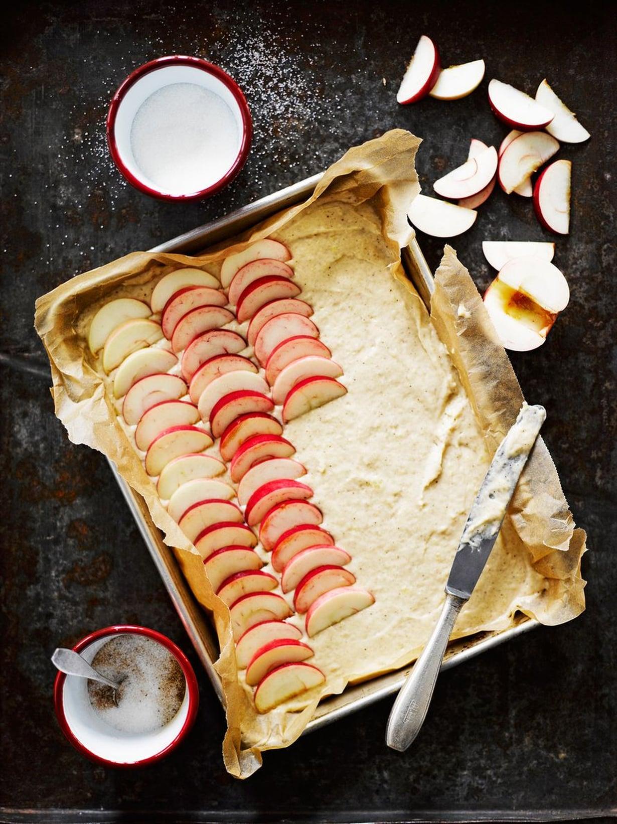 Kaunein piirakka syntyy tietysti kotimaisista punaposkisista omenoista, joita ei tarvitse kuoria.
