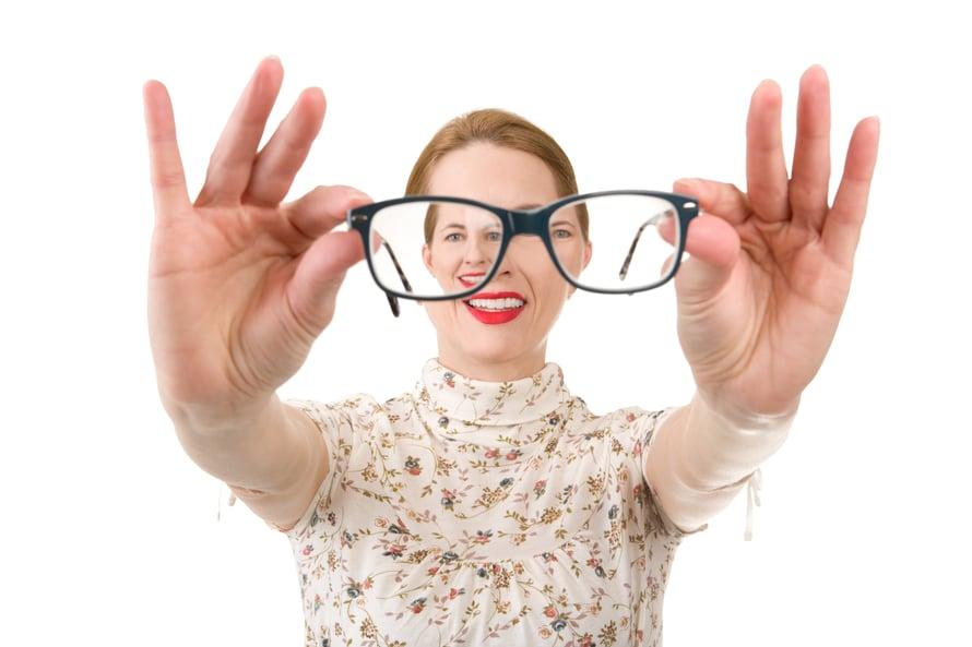 Olen hyvä näin, keski-ikäinen tietää jo. Jospa uskaltaisi katsoa peiliin vielä ikänäkölasit silmilläkin.