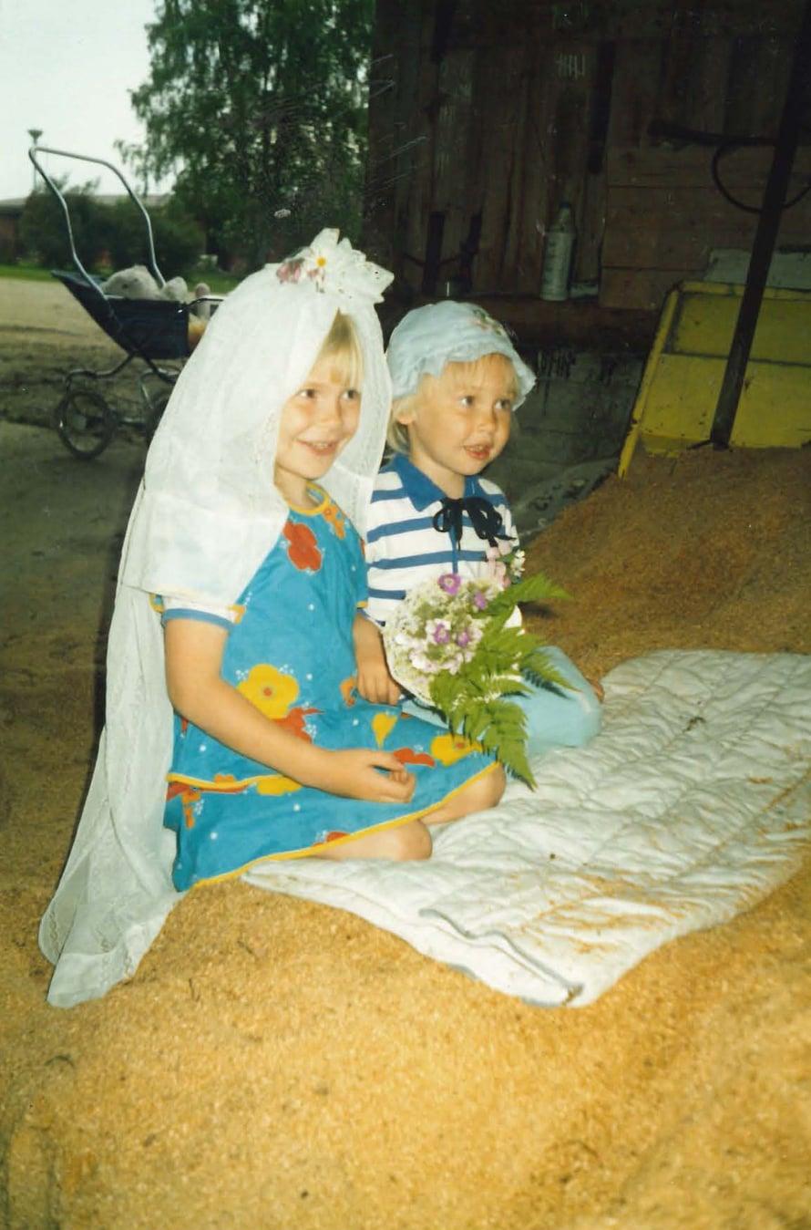 Äiti lähti usein mukaan lastensa leikkeihin ja tällä kertaa kuvasi tyttärien häät. Hääleikissä Johanna oli morsiamena ja Leena-Maija sulhasena.