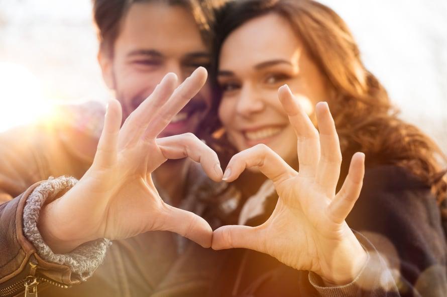 Aina ei tarvitse rakastua ensisilmäyksellä. Rakkaus voi syttyä myös hiljalleen.