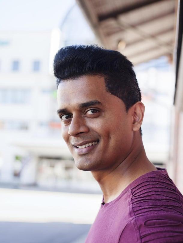 """Tanssiyrittäjä Daniel """"Danny"""" Paul, 31, on kotoisin Intiasta, asuu avovaimonsa ja tytärpuolensa kanssa Tampereella. Paul on tehnyt koreografian tämänvuotiseen Sappeen kesäteatterimusikaaliin On kesäyö. Hänen tanssiryhmänsä Danny's Bollywood Dance Crew osallistui Talent Suomi tv-ohjelmaan 2012."""
