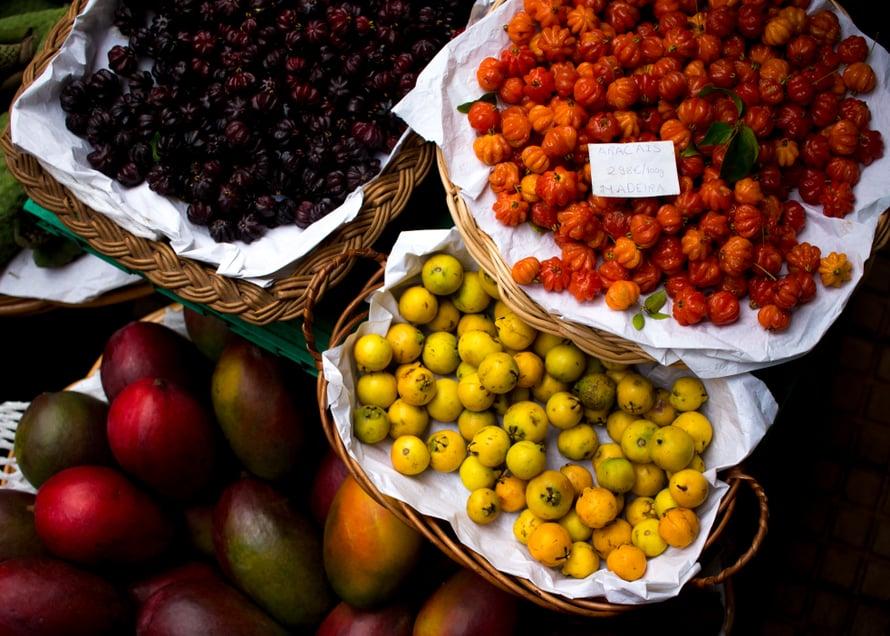 Aracais -hedelmä on vaaleanvihreä tai keltainen, pienen luumun kokoinen pallero, joka syödään kuorineen. Se maistui guavalta. Syvän viininpunaiset ja oranssinpunaiset marjat ovat puolestaan Wikipedian mukaan Brasilialaisia kirsikoita.