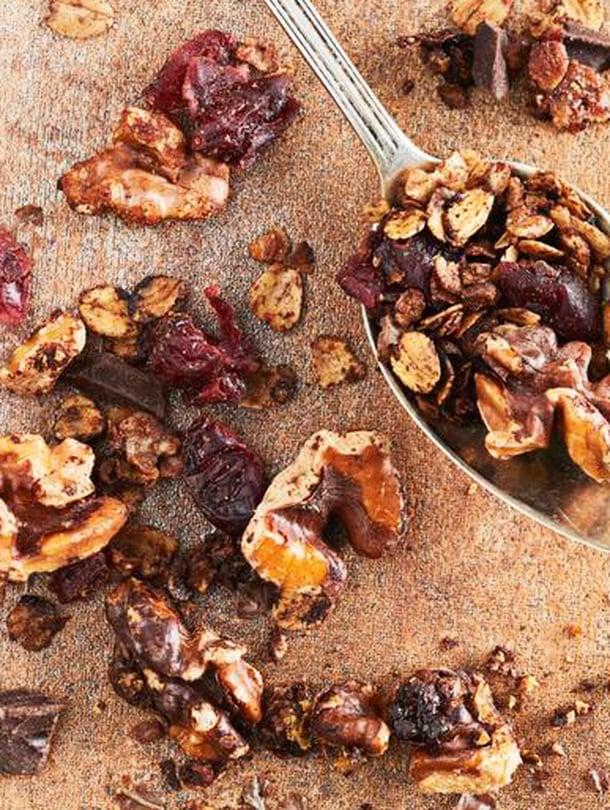 Karpaloiden sijaan voi granolassa käyttää myös kuivattuja, paloiteltuja luomuaprikooseja.