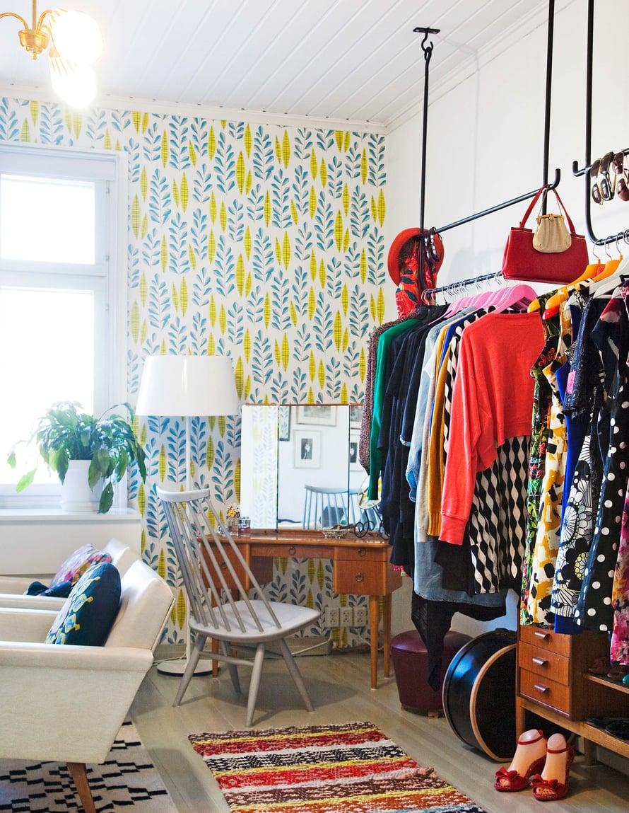 Vanhoissa taloissa on usein pulaa säilytystilasta. Karita teetti sepällä kattoon kiinnitettävät vaatetangot. Ilmari Tapiovaaran Mademoiselle-tuoli on mieluisa löytö.