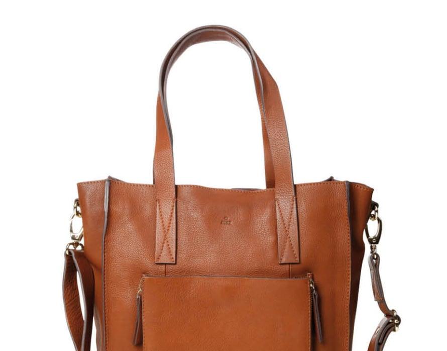 Miesten Tote-laukku sopii naiselle, joka kantaa reilusti tavaraa. Adax.
