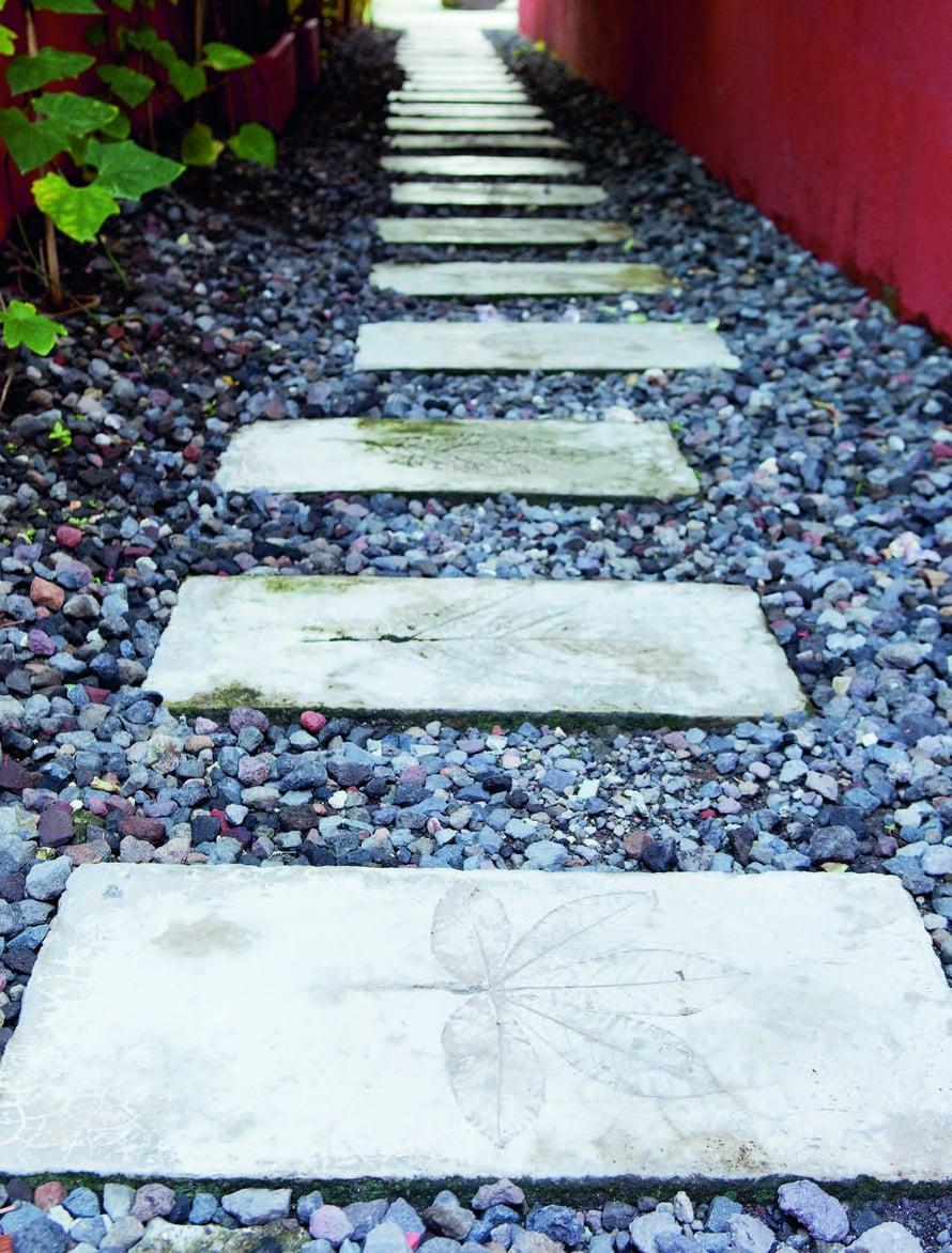 Voit laatoittaa koko pitkän kivisen tien tai koristella yhden kauniin laatan kynnykselle.