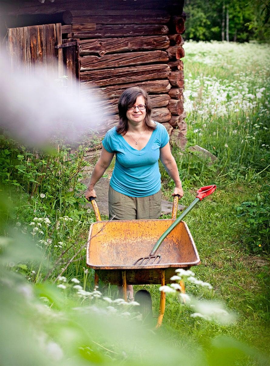 Kun hoidan mökillä puutarhaa, tuntuu kuin äiti seisoisi selän takana neuvomassa, Tiia Kiiski sanoo.