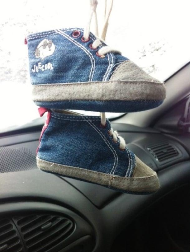 Ripustin autoon lapsemme ensimmäiset kengät. - Marja Marjeta