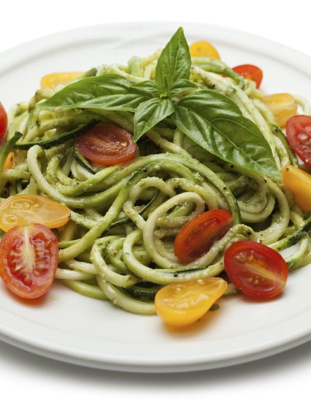 Pesto, basilika ja tuoreet tomaatit ovat spagetin ylimpiä ystäviä.