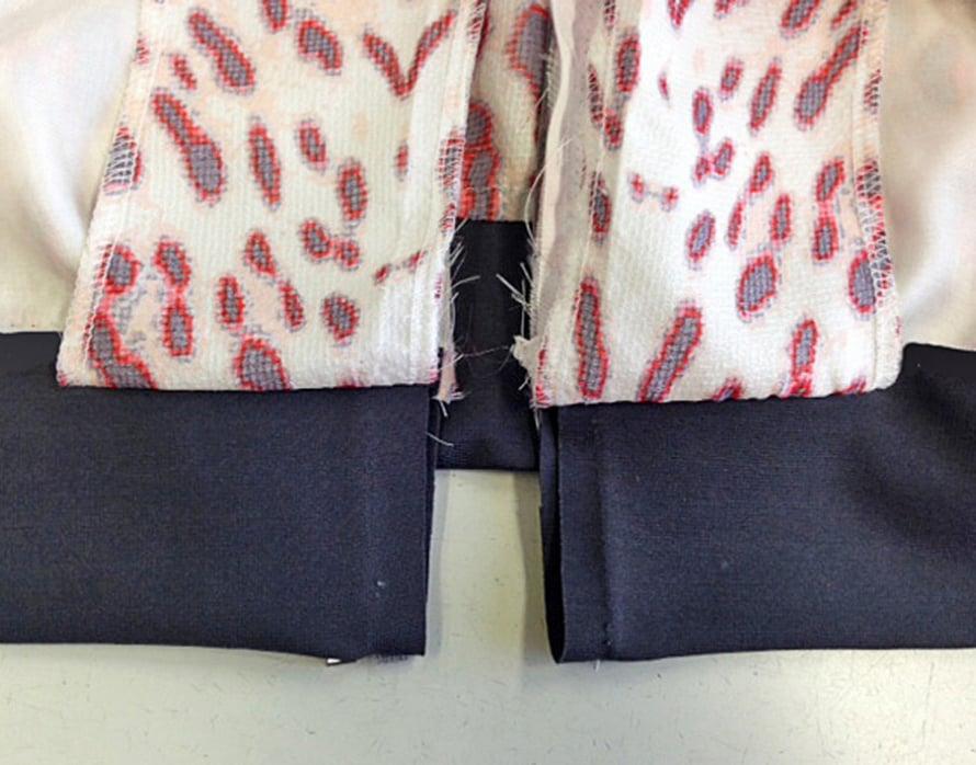 Ompele helmaresorin toisessa päässä yläreuna jakun etuhelmaan noin 5 cm pituudelta ja sen alareuna alavaran alareunaan. Resorin oikeat puolet ovat jakkukankaan oikeaa puolta vasten. Ompele resorin molemmat päät samoin.