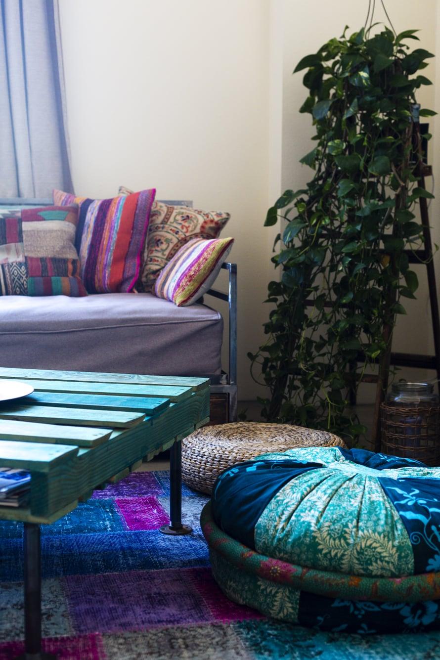 Kuormalavasta voi tehdä näyttävän sohvapöydän. Ohennettu maalikerros jättää puunsyyt kauniisti näkyviin.