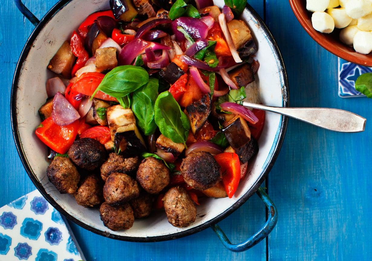 Lusikoi lautaselle hehkeää kasvispaistosta ja höystä muutamalla lihapullalla ja mozzarellapallolla.