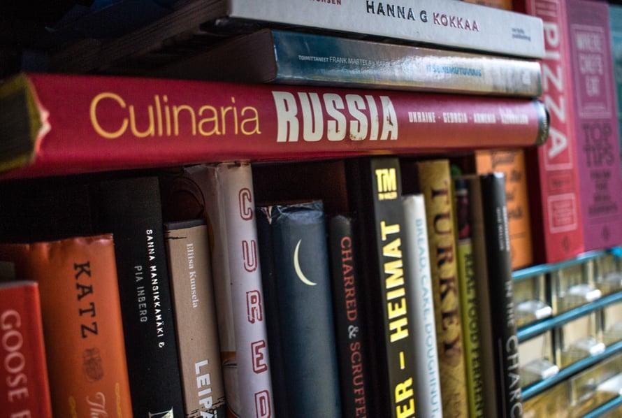 Kuten usein keittokirjoille käy, ne ovat minulle inspiraation lähde ja rakkaita, vaikken kokkaisi niistä yhtäkään reseptiä, ainakaan pilkuntarkasti. Tästä järkäleestä en ole tehnyt kuin piroshkeja, mutta se riittää kirjalle lunastaakseen paikkansa kirjahyllyssäni.