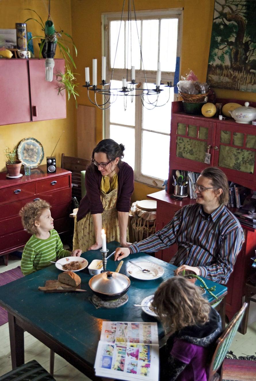 Kuisman, Inkerin, Villen ja Annin koti on vielä kesken mutta jo täynnä tarinoita. Perustuksiin piilotettiin kristallia yhteiseltä Brasilian-matkalta. Omavaraisuus ruuan-, sähkön- ja vedentuotannossa on perheelle tärkeää. Koti lämpiää puulla, ja sähkö saadaan aurinkopaneeleista.
