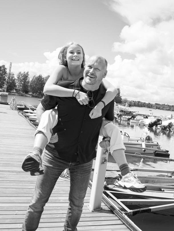 Näyttelijä ja ohjaaja Janne Virtanen, 51, asuu Vieno-tyttärensä, 13, kanssa Helsingin Töölössä. Janne näyttelee tänä kesänä pariterapeuttia Lappajärven kesäteatterin Pari suhdetta -komediassa, jonka hän käsikirjoitti yhdessä Pasi Ojalan ja Ville Pusan kanssa. Vieno näyttelee näytelmässä teiniä.