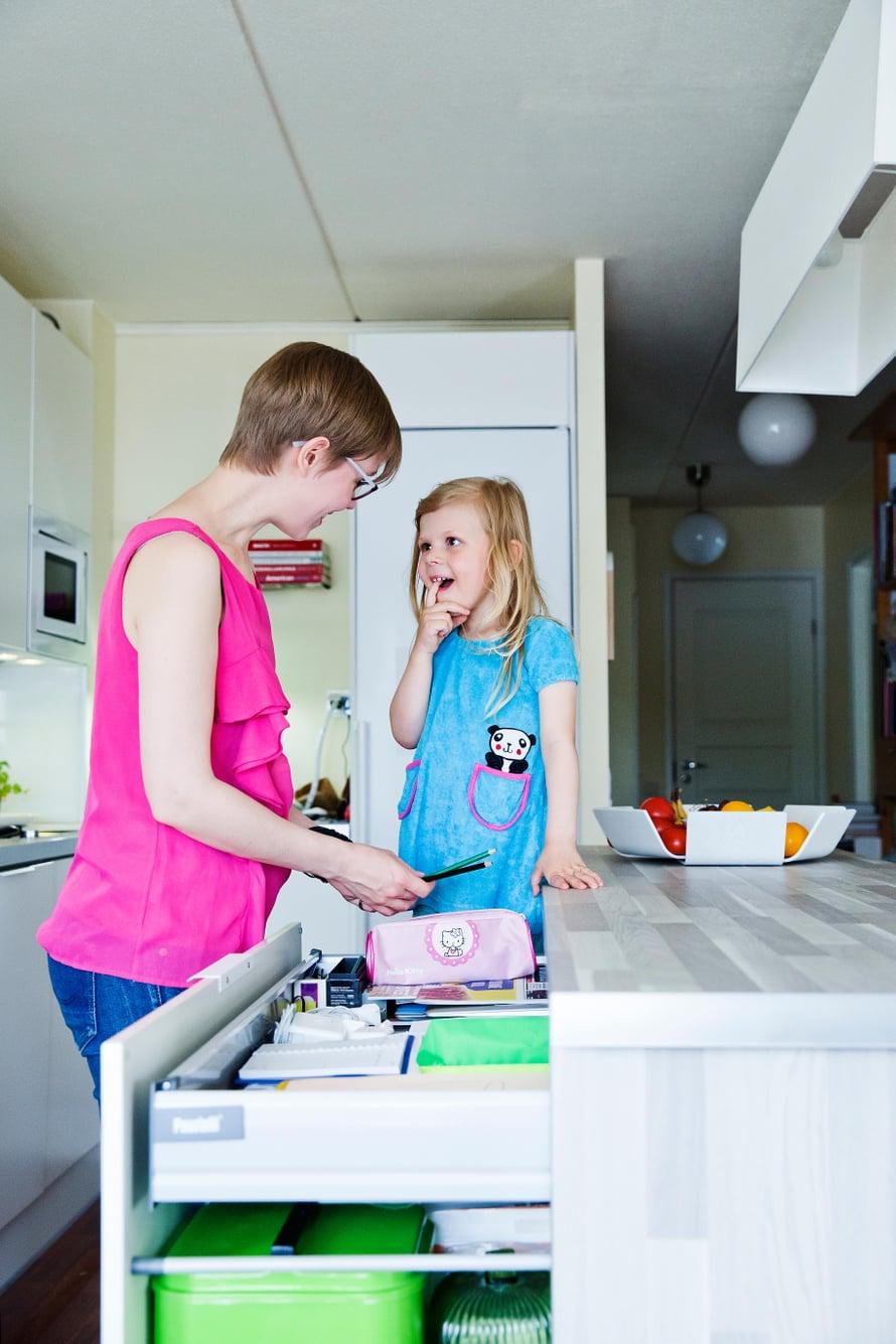 Ammattijärjestäjä Eveliina Lindell, 35, asuu perheineen 76-neliöisessä kerrostalokodissa Helsingissä. Vieressä kolmivuotias Lilja.