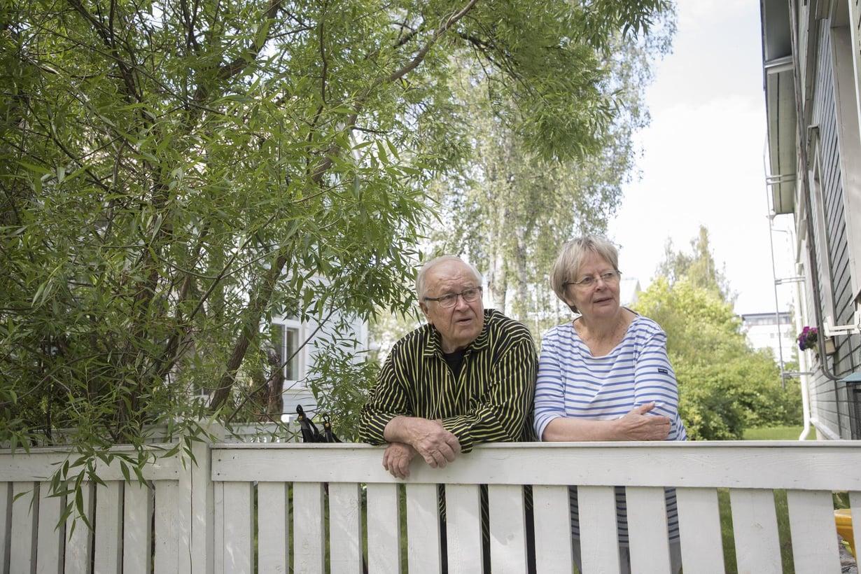 """Seppo on jo eläkkeellä, Liisa vasta totuttelee. """"Seuraelämämme on hirveän hiljaista. Viihdymme niin hyvin kahdestaan"""", Liisa sanoo."""