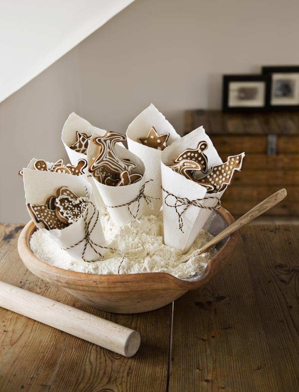 Yksi opettajalle, toinen naapurille ja kolmas mummille. Piparipuskat ovat kauniita kotonakin odottaessaan saajalleen viemistä. Täytä kulho jauholla tai sokerilla, niin tötteröt pysyvät pystyssä.