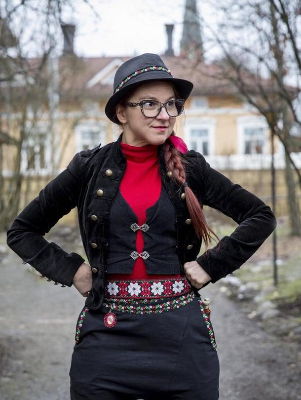 Turussa asuva Kati Keskihannu, 40, on ammatiltaan teatteri-ilmaisun ohjaaja. Katin Latviasta ostettu leveä vyö toistaa samaa värimaailmaa kuin suomalaiset kansallispuvut.