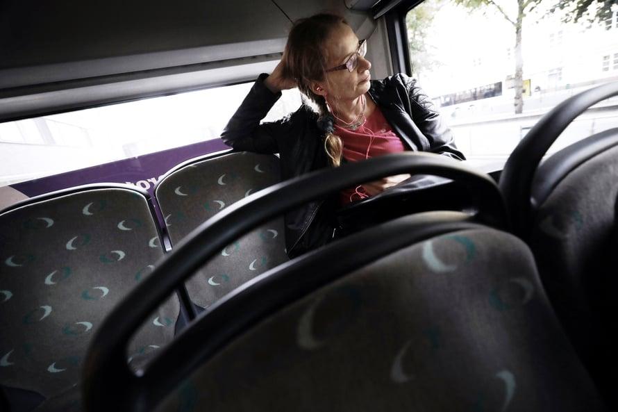 """Bussissa istuminen rentouttaa. """"Voi syödä suklaata ja katsella ihmisiä."""""""