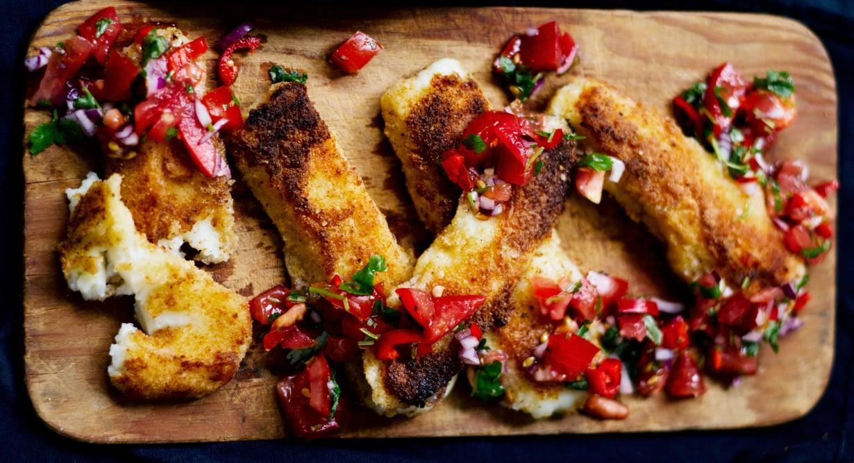 Rasvaiset juustotikut ja sopivasti tulinen salsa ovat täydellinen makupari illanistujaisiin.